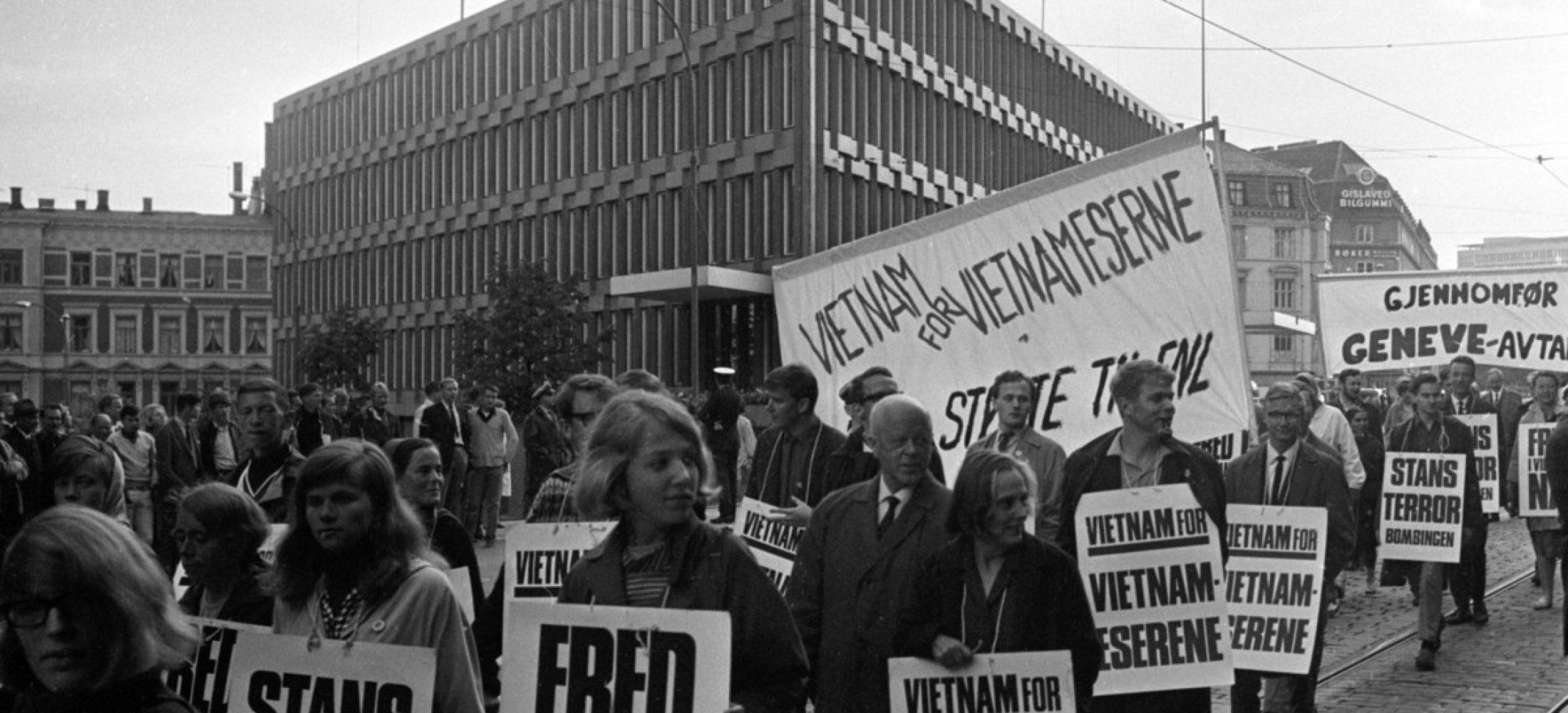 OSLO 19670704 Demonstrasjon mot USAs krigføring i Vietnam arrangert av Den norske solidaritetskomiteen for Vietnam. Her passerer demonstrasjontoget den amerikanske ambassaden på Drammensveien. Plakater med slagordene Stans Terrorbombingen og Fred i Vietnam nå og Vietnam for vietnamesere.  Foto: NTB / Scanpix
